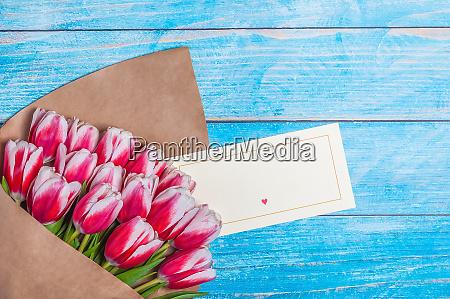 strauss roter tulpen fuer den feiertag