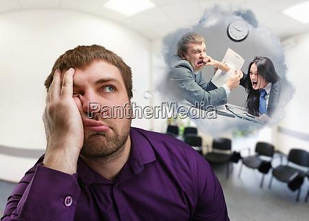 frustrierter mann denkt an kampf