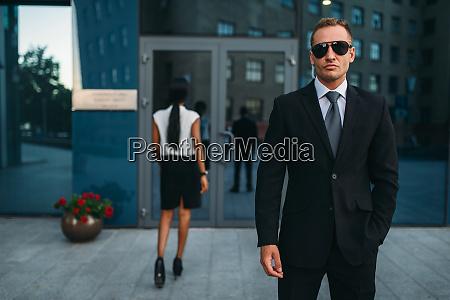 serioeser bodyguard in anzug und sonnenbrille
