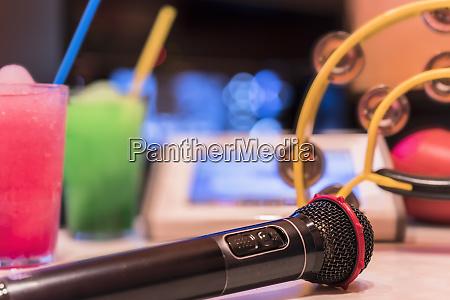 schwarzes mikrofon im karaoke club mit