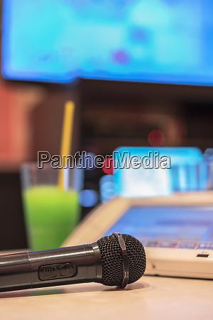 mikrofon im japanischen karaoke club mit