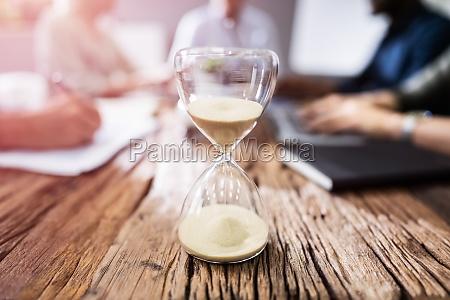 nahaufnahme von hourglass on desk