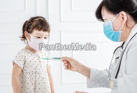 krankes kind mit grippefieber und arzt