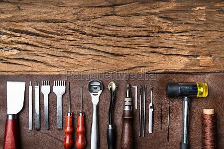 leder handwerk werkzeuge auf dem schreibtisch