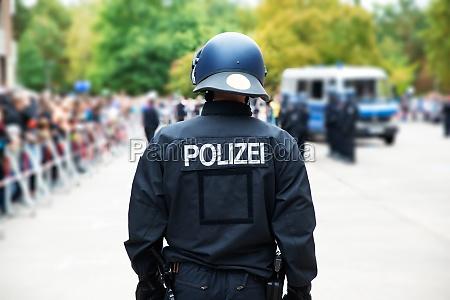 deutscher polizist bei oeffentlichem protest