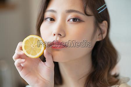 weibliche gesunde zitrone