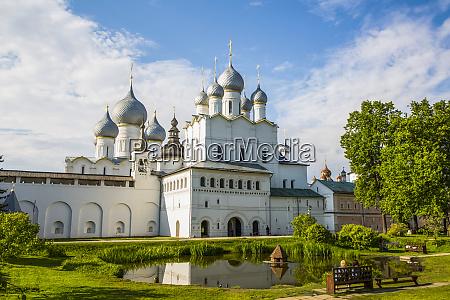 orthodoxe kirche mit silbernen zwiebelkuppeln russland