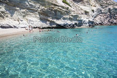 touristen schwimmen im klaren tuerkisfarbenen wasser