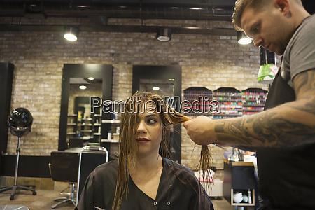 eine frau mit ihrem haarschnitt in