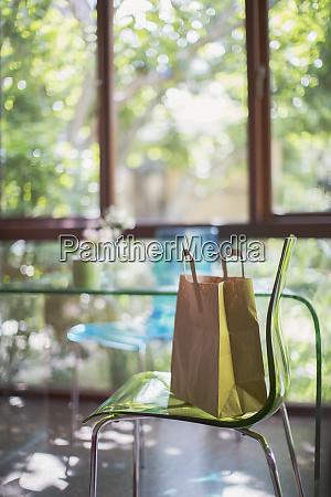 braune einkaufstasche auf demesschair