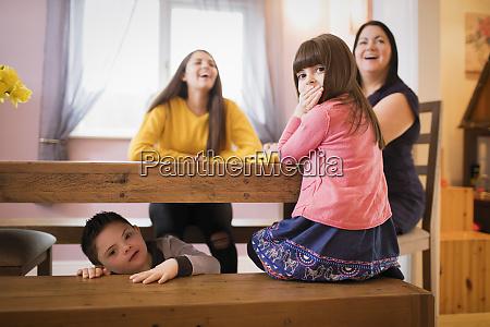portraet glueckliche familie mit down syndrom
