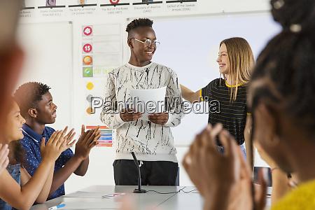 gymnasiasten klatschen fuer mitschueler in debattenklasse