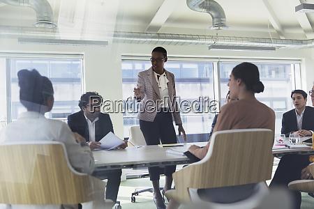 geschaeftsfrau leitet konferenzraum meeting