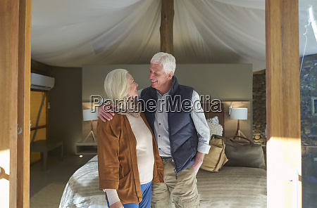 glueckliches senior paar in safari lodge