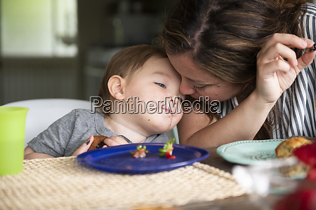 nahaufnahme liebevolle mutter und kleinkind tochter