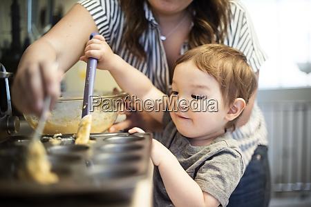 suesses kleinkind maedchen backen muffins mit