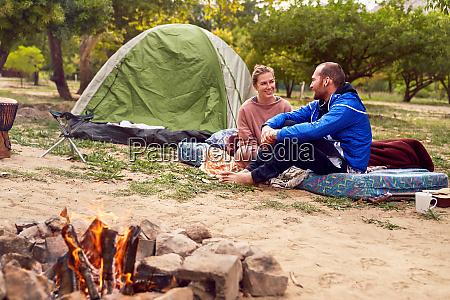 junges paar camping im gespraech auf