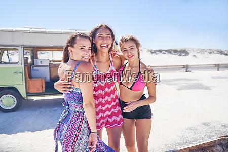 portraet unbeschwerte junge freundinnen am sonnigen