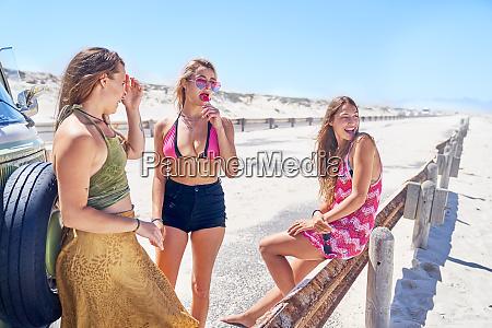 junge freundinnen entspannen am sonnigen sommerstrand