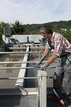 techniker OEffnungsventil im abwassermanagementsystem der wasseraufbereitungsanlage