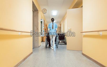 krankenschwester, hilft, einem, älteren, mann, im - 28132442