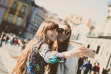 zwei junge erwachsene machen ein selfie