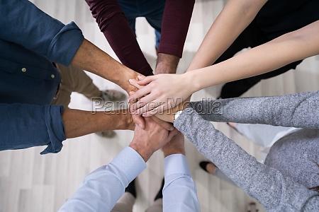 gestapelte haende symbolisieren teamaufwand