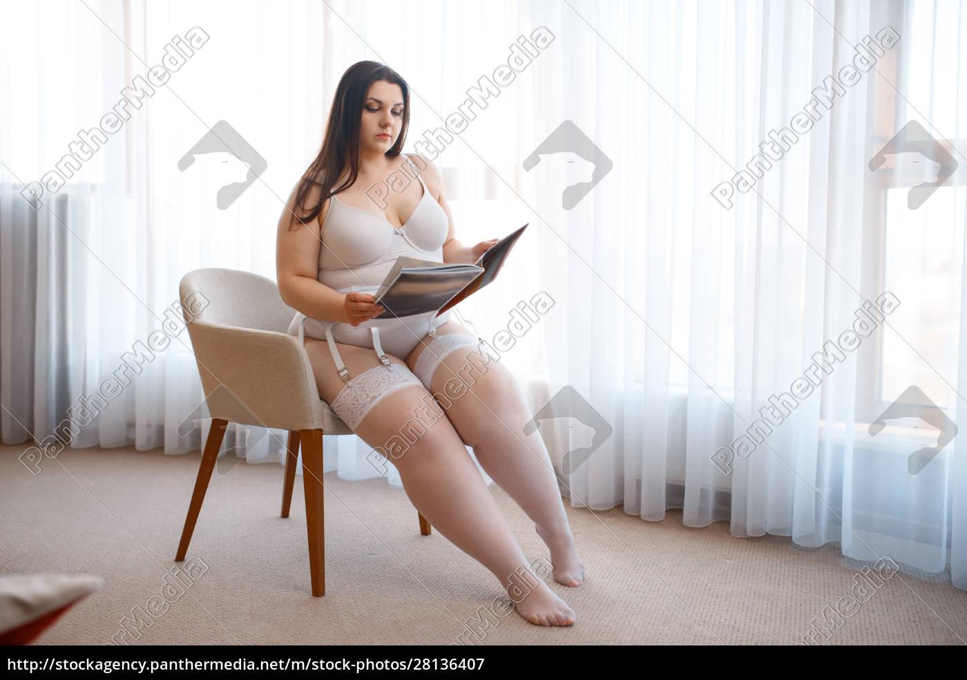 Übergewichtige, verdorbene, frau, mit, magazin-posen, im - 28136407