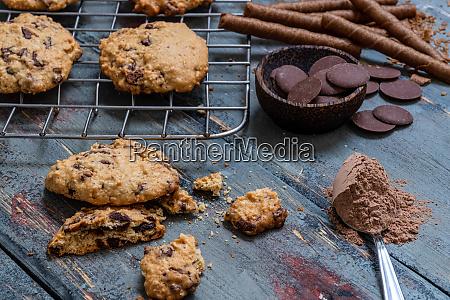 schokoladenkekse auf rustikalem holz neben kakao