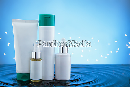 kosmetische produkte stehen im wasser mit