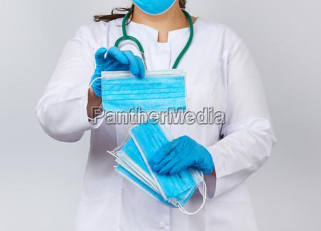 AErztin in einem weissen mantel und