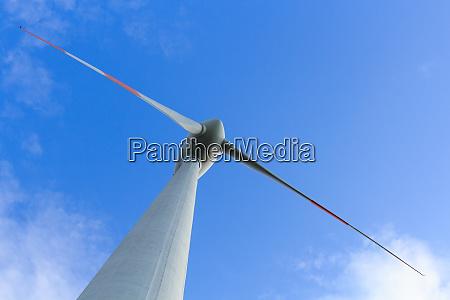 niedrigwinkelansicht von windkraftanlagen die alternative energie