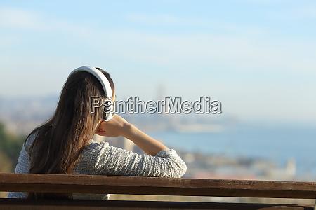entspannte frau hoert musik die ansichten