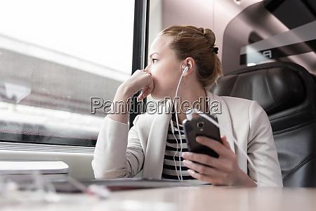 geschaeftsfrau die auf dem handy kommuniziert
