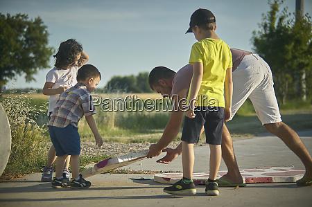 kinder spielen auf dem land 24