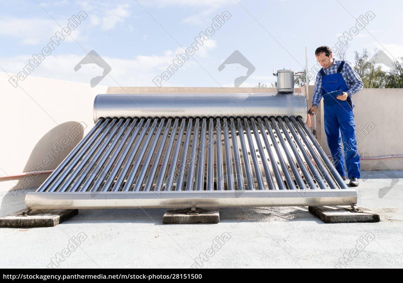 klempner, mit, blick, auf, solar, energy - 28151500