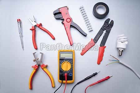 elektriker werkzeuge auf grauem hintergrund
