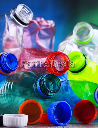leere farbige kohlensaeurehaltige getraenkeflaschen kunststoffabfaelle