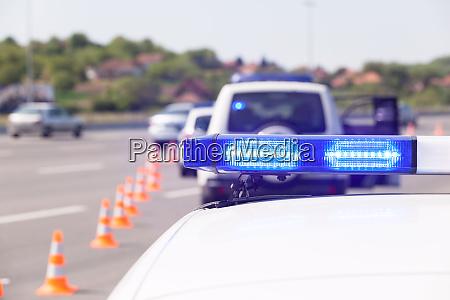 polizeiauto notbeleuchtung waehrend der autobahnverkehrskontrolle
