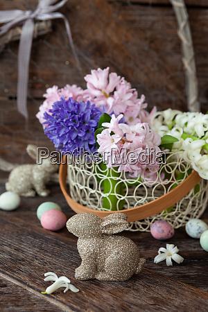 froehliche dekorationen und fruehlingsblumen