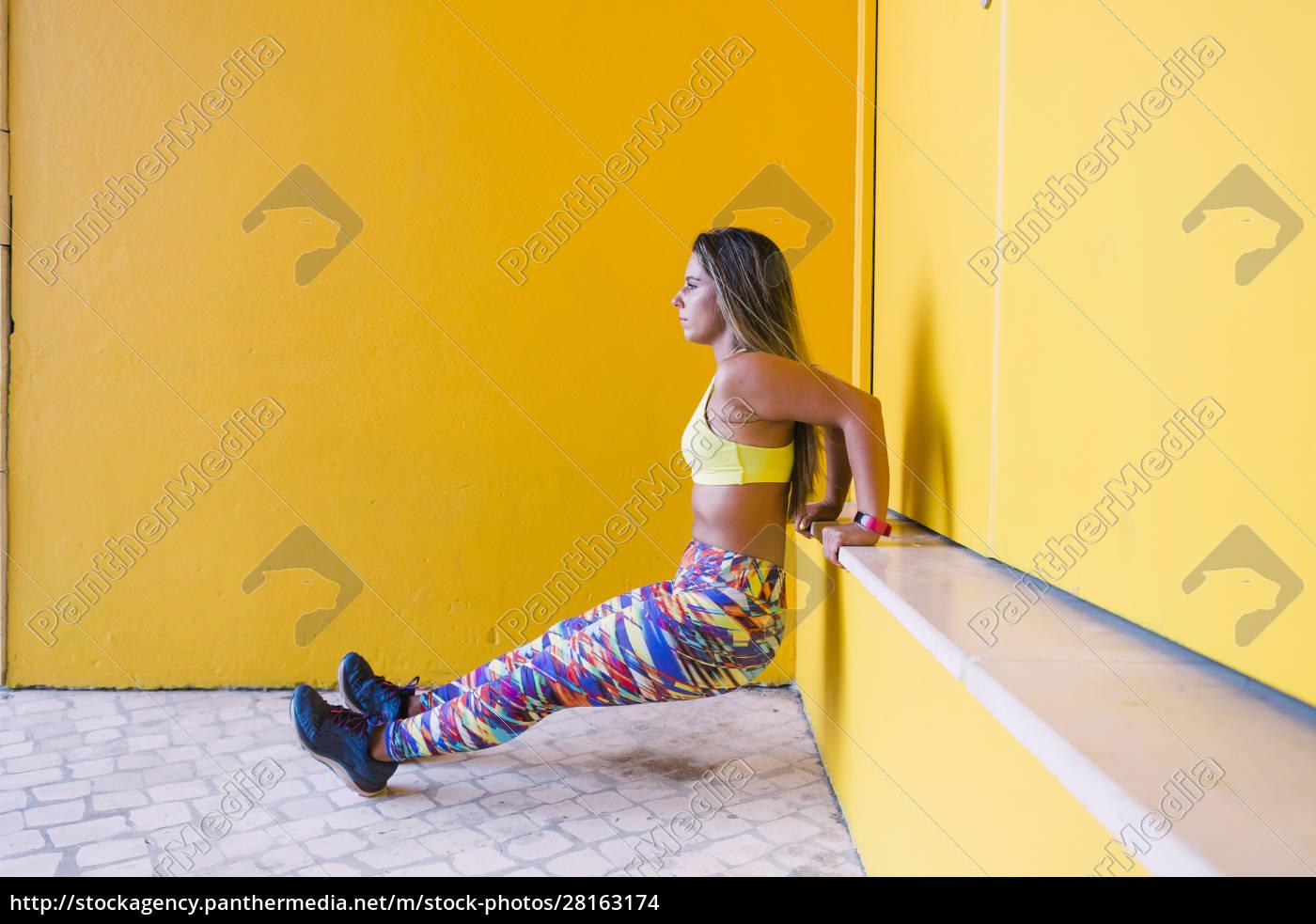 frau, tun, wand, sitzen, durch, gelbe - 28163174
