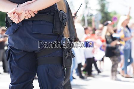 polizist waehrend demonstration im einsatz