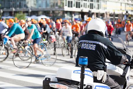 polizist im einsatz der radfahrer bewacht