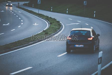autos auf einer autobahn bei sonnenuntergang