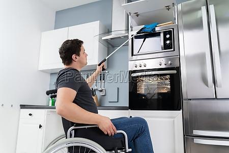 behinderter mann mit grabber tool in