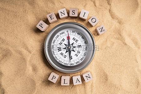 pensionsplan kompass auf sand
