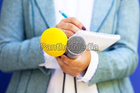 journalist bei pressekonferenz