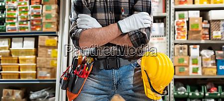 elektriker im lager von elektrischen komponenten