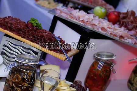 pickle glas am buffet serviert 3