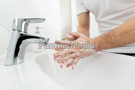 haende waschen als voraussetzung gegen bakterien